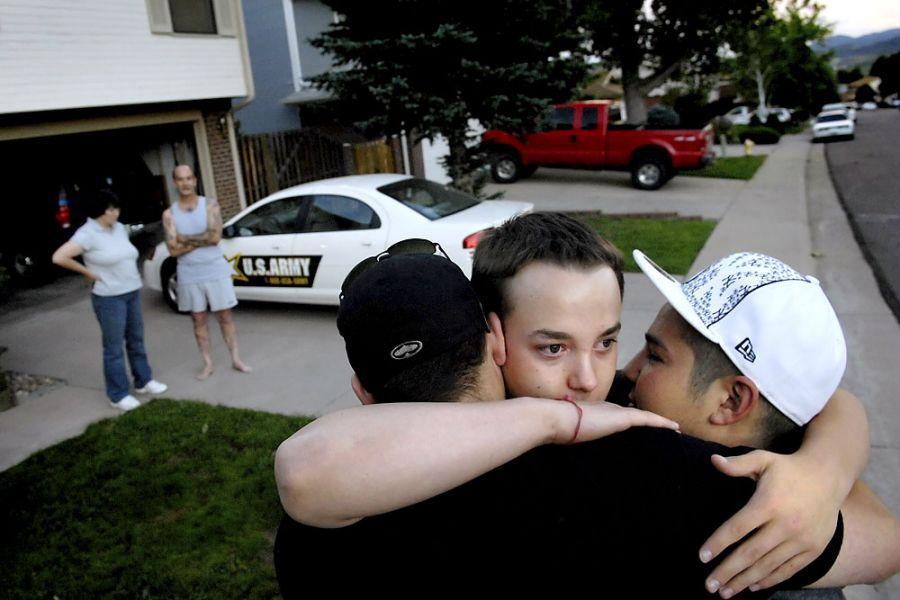 6. 17 июня 2007 года 20:27. Ян обнимает «Будду» (слева) и Шейна, готовясь уехать из дома с вербовщиком – сержантом первого класса Нэнси Алессандри, которая в этом время разговаривает с его отцом. Алессандри отвезла Яна в отель, где он переночует, прежде чем отправиться в пункт приема службу в Денвере для оформления на военную.