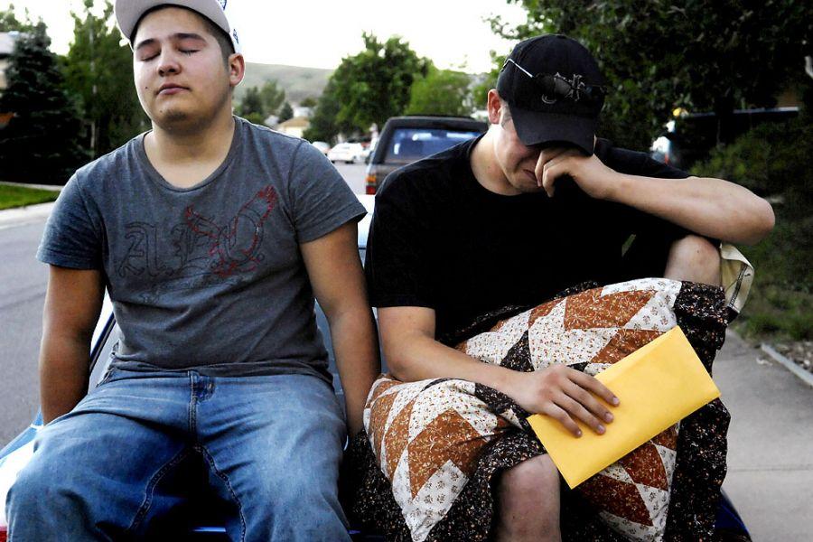 7. 17 июня 2007 года 20:29. Шейн и «Будда» не могут сдержать слез после отъезда Яна, сидя на капоте машины Шейна. «Мы поняли, что все это по-настоящему, только когда увидели, как он уезжает», - говорит «Будда».
