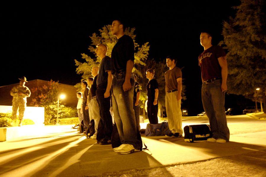 10. 19 июня 2007 года 00:18. Прибыв в Форт Беннинг чуть за полночь, новобранцы выстроились у Джонстон Холл перед сержантом-инструктором строевой подготовки Джеки Этинн, который рассказывает, что им еще предстоит сделать этой ночью.