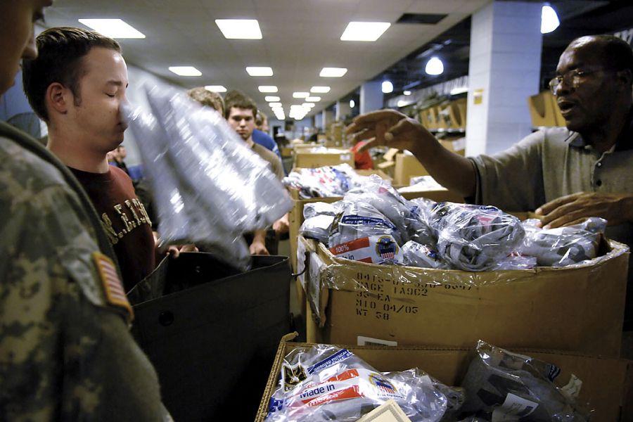 11. 19 июня 2007 года 00:51. Складской работник швыряет в Яна футболки, которые отскакивают от него и падают в сумку.