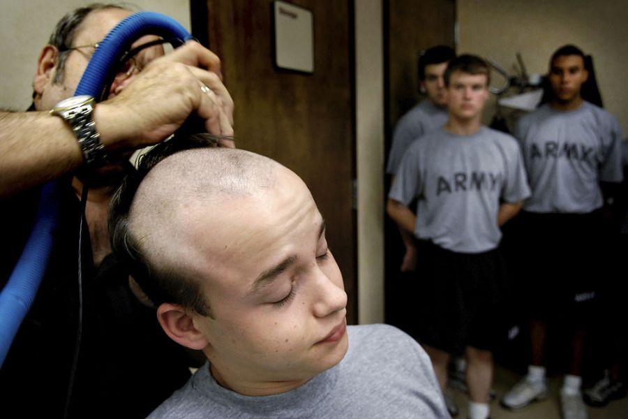 12. 10 июня 2007 года 8:10. Том Абнер, который говорит, что за 42 года службы обрил миллионы голов, добавляет в этот  список Яна, обрив его наголо всего за полторы минуты.