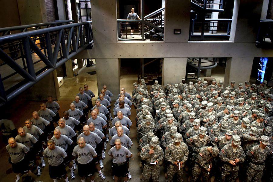 13. 19 июня 2007 года 16:17. Покараулив снаряжение в бараках, Ян спускается в строй. В свободное от заполнения документов, проверки зубов или обучения, как носить форму, время солдаты должны стоять в строю, повторяя солдатскую догму.