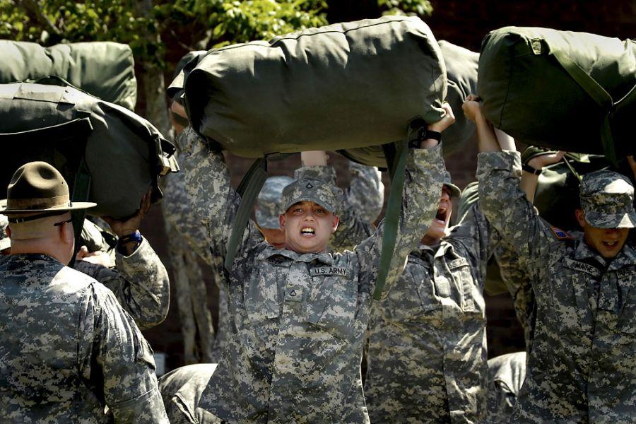 18. 22 июня 2007 года 11:20. Не успев закончить тренировку вовремя, новобранцы должны в наказание держать над головой мешки.