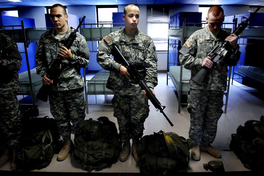 20. 24 июня 2007 года 12:06. 8:27. Третий день курса молодого бойца: новобранцам выдали автоматы M-16. Ян держит свой довольно неловко, слушая инструкции. Когда уйдет сержант-инструктор, Ян начнет дурачиться, притворяясь, что стреляет и издавая соответствующие звуки.