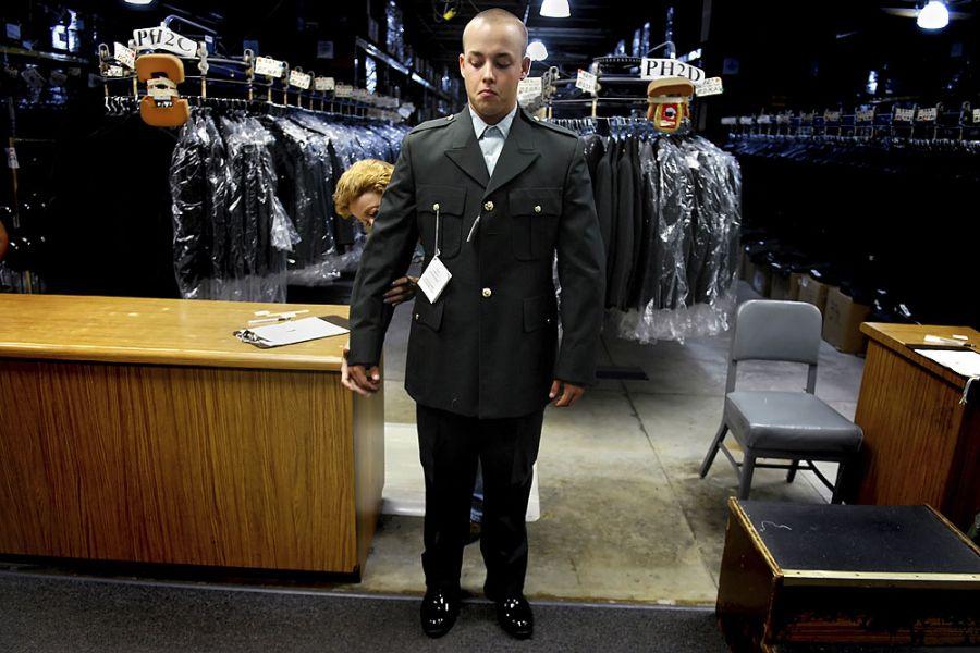 22. 13 августа 2007 года 10:24. Освободившись от физических тренировок и трудностей, Ян примеряет парадную форму.
