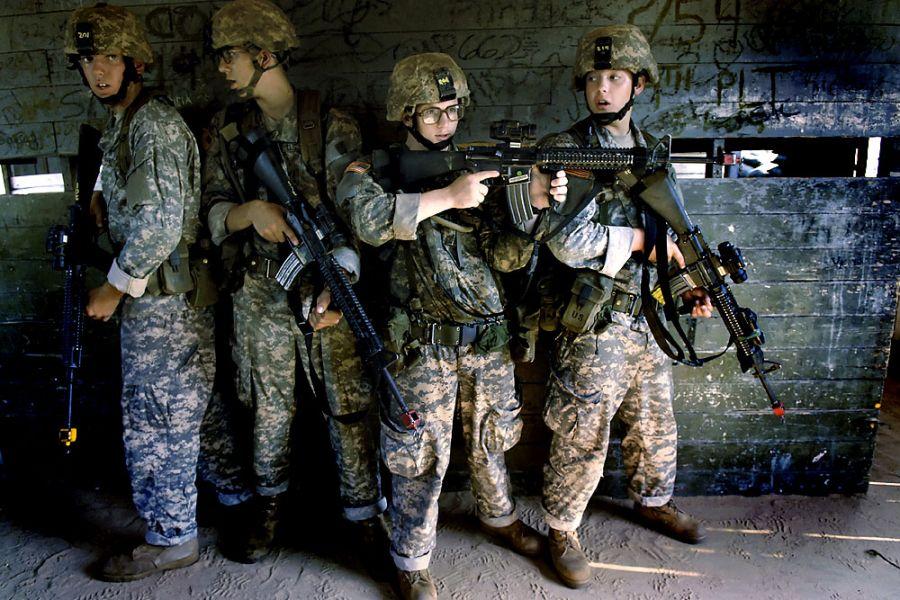 24. 15 августа 2007 года. Яна поставили главным в группе из четырех человек, которая сейчас готовится охранять комнату во время тренировок. В его команду входят (слева направо): Патрик Адамс из Филадельфии, Ричард Стоттс из Ньюварка, штат Огайо, Шадрак МакБрайд из Флоренции, штат Алабама, и Ян.