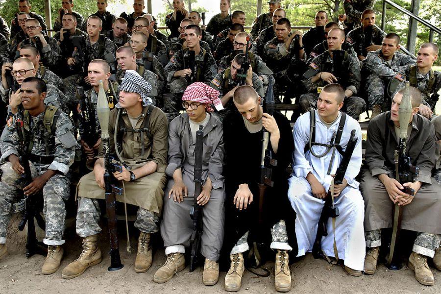 25. 16 августа 2007 года 11:15. Второй взвод - с некоторыми солдатами, переодетыми в боевиков для тренировки, - проводит разбор результатов выполненных задач.