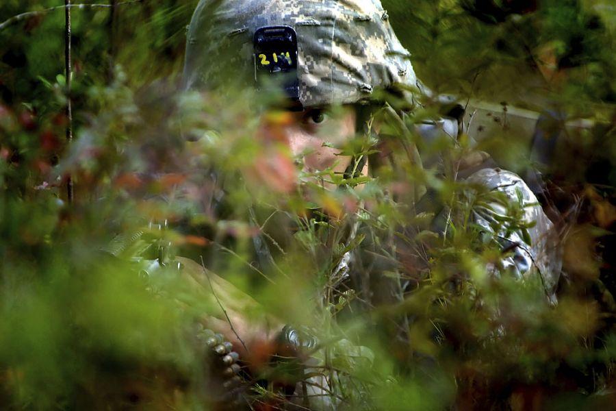 27. 13 сентября 2007 года 9:28. Начальная подготовка практически подошла к концу, и теперь войска проходят неделю полевых учений, во время которых они имеют возможность показать все, чему научились. Ян скрывается в лесу, прикрывая вместе со своей группой других членов взвода.