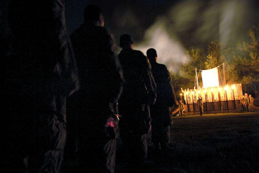 29. 17 сентября 2007 года 00:46. После 16 километров пробежки, прерываемой атаками и миссиями, компания Echo стоит в строю на Холме Чести. Молодых бойцов приветствуют салютом и церемонией посвящения в бойца.