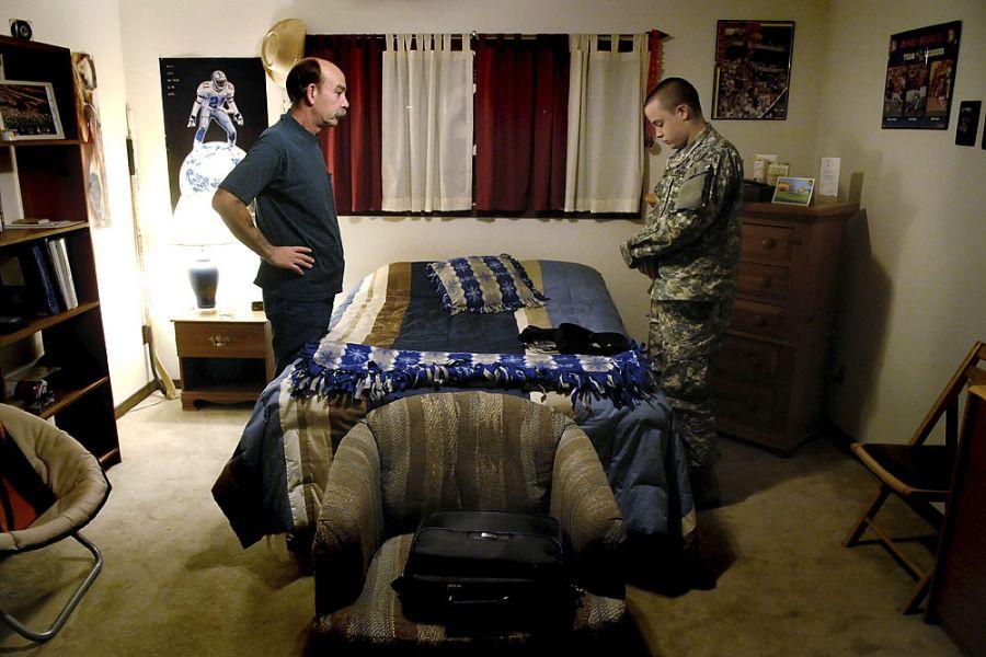 32. 10 октября 2007 года 4:32. Эрик Фишер разговаривает с сыном перед его отправлением в Форт Карсон к югу от Колорадо Спрингс на пятидневное оформление прибывших.
