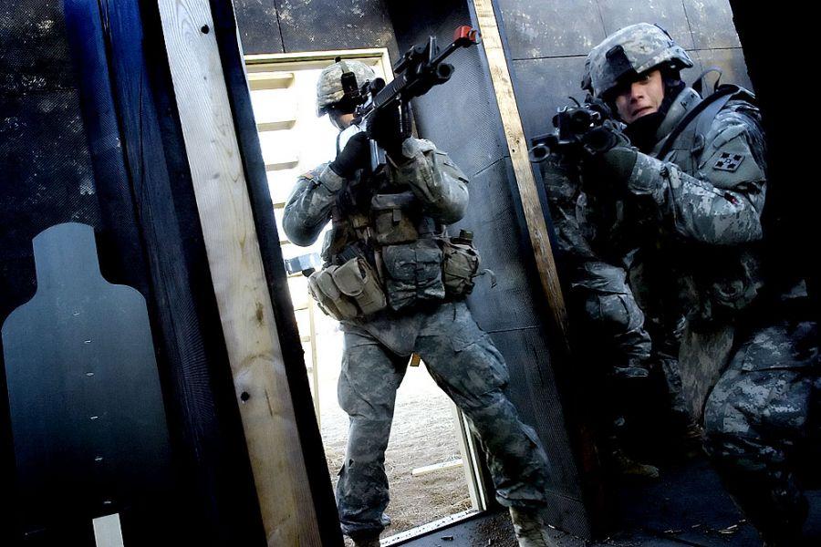 34. 28 ноября 2007 года 15:18. Ян (справа) и специалист Кори Снайдер из Харрисбурга, штат Пенсильвания, входят в дом с мишенями с остальной командой во время операции по зачистке в Форт Карсоне. Компания Альфа проходит военную подготовку.