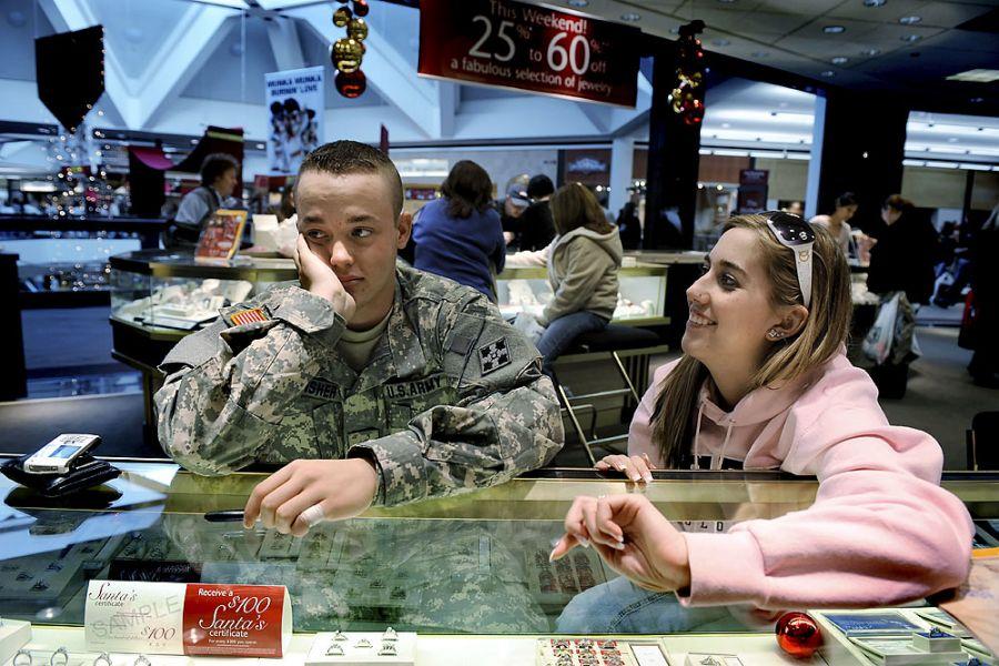 35. 15 декабря 2007 года 14:12. Кайла возбуждена, разговаривая о своем только что купленном обручальном кольце, но Ян нервничает, думая про свою кредитную карточку. Выбор кольца – из белого золото с бриллиантом – заняло 5 минут, а его оплата - 20.