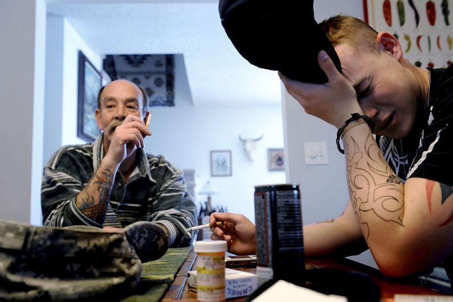 36. 8 марта 2008 года 14:22. Ян сидит в новом доме своего отца рядом с Моррисоном. На столе лежат его вещи первой необходимости: мобильник, энергетический напиток, сигареты и тюбик викодина. Вдобавок к своей травме ноги Ян во время упражнений повредил спину и теперь принимает релаксанты. Эрик Фишер озабочен лекарствами, но Ян отмахивается: «По крайней мере, это не кокаин, экстази или травка…. Я сейчас принимаю 6-7 разных лекарств. Их же дают не просто так. Я не собираюсь на них присаживаться».