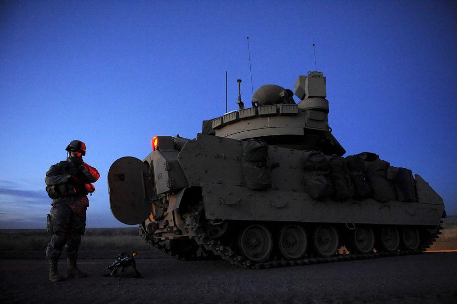 37. 11 марта 2008 года 18:28. Ян на перекуре по пути в лагерь. Поломка транспорта вынудила компанию остановиться на ночь накануне их прибытия в пункт назначения. Двухчасовая поездка заняла девять часов.