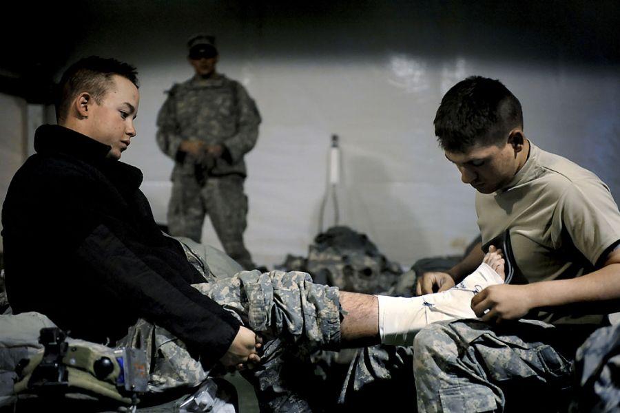 41. 5 мая 2008 года 6:20. Специалист Луис Касадо из Спрингфилда, штат Миссури, разбинтовывает ногу Яна, чтобы посмотреть на рану. «Синяк, отек, чувствительность к прикосновениям – может быть как растяжение, так и перелом. Узнаем после рентгена», - говорит Касадо.