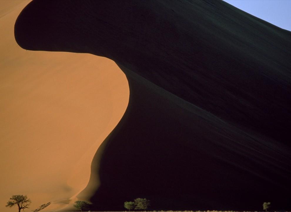 8) Песчаные дюны в заповеднике Соссусвлей (Сосусвли, Sossusvlei) в пустыне Намиб в Намибии.