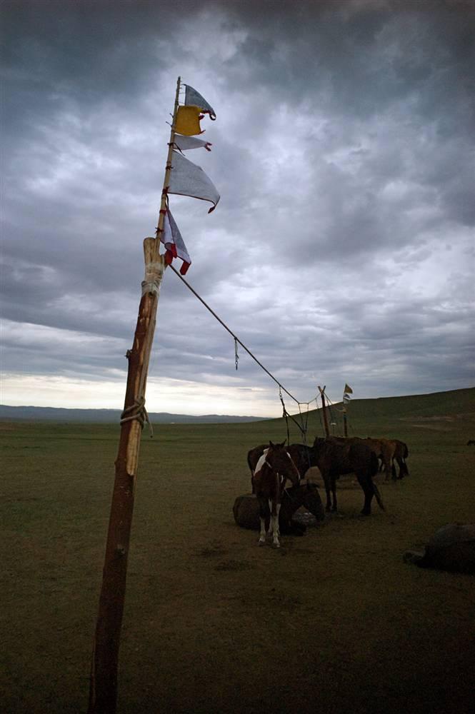 16. В Монголии живут, в основном, буддисты, причем многие – члены секты «желтошапочников». По всей территории можно найти молитвенные флаги. (David Lom/NBC News)
