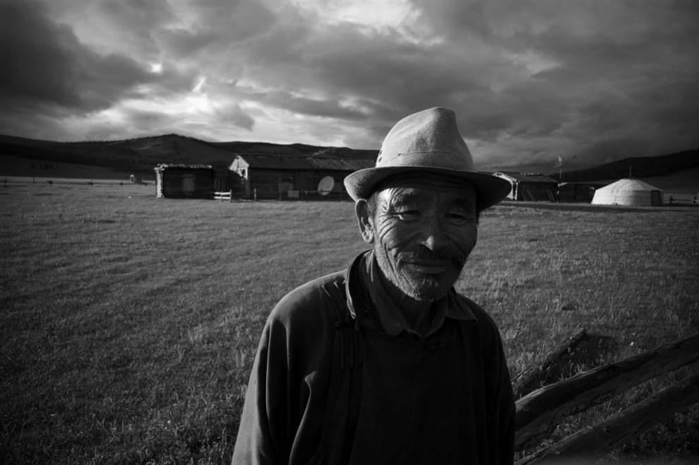23. Пожилой человек щурится от света. (David Lom/NBC News)
