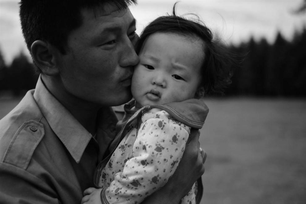 25. Отец и ребенок в северной Монголии. (David Lom/NBC News)