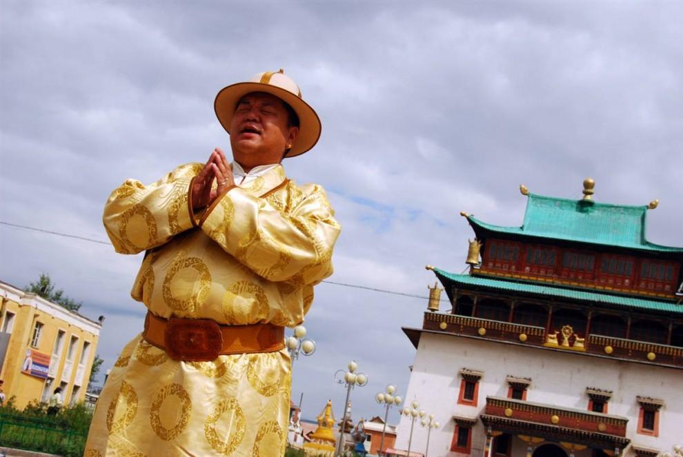 2. Команда «NBC News» во время своей поездки по Улан-Батору наткнулась на группу, которая снимала клип у монастыря Гандан, построенного в тибетском стиле. На снимке – певец. (Adrienne Mong/NBC News)