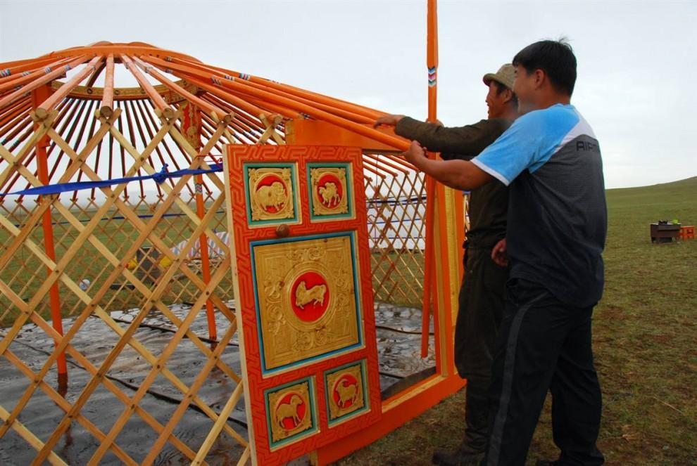 3. Двое мужчин работают над установлением «гэра» - традиционной монгольской юрты. Это строение в виде палатки можно собрать за несколько часов, и оно представляет собой отличный дом для кочевника. (Adrienne Mong/NBC News)