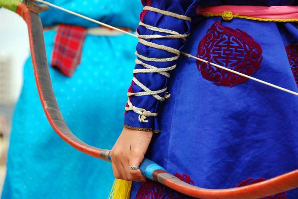 7. Во время Наадама лучники надевают традиционную одежду; верхняя часть которой называется «делл». Помимо демонстрации вкуса в одежде, делл имеет также практическую функцию: он согревает в холодные дни. (Adrienne Mong/NBC News)