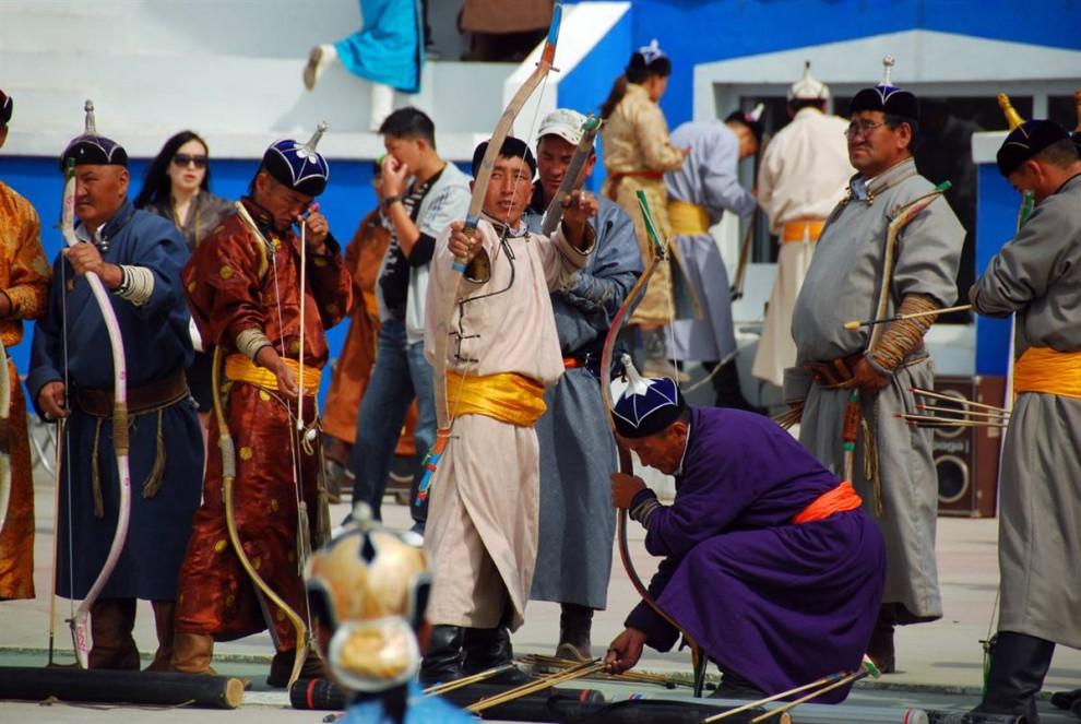 8. Участники соревнования лучников готовятся к началу состязания в Улан-Баторе во время фестиваля Наадам. (Adrienne Mong/NBC News)