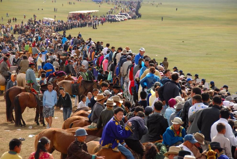 9. Тысячи зрителей заполонили пастбище на окраине Улан-Батора, чтобы посмотреть на лошадиные скачки – главное событие фестиваля Наадам. (Adrienne Mong/NBC News)