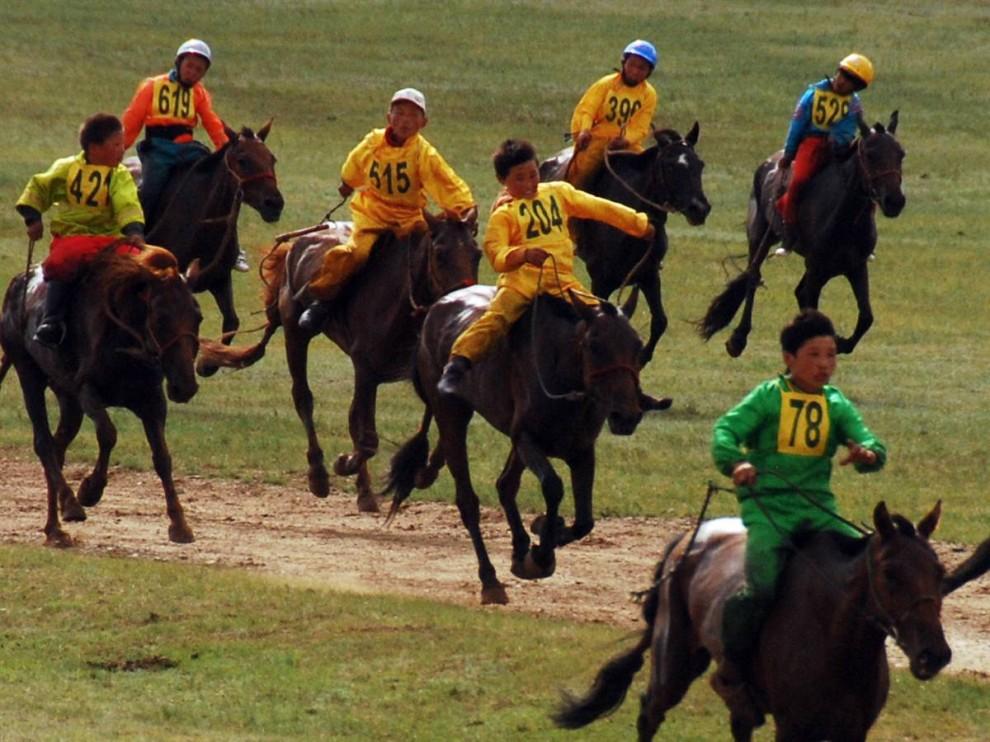 10. Более 360 мальчиков приняли участие в соревновании жокеев в одном из состязаний Улан-Батора во время фестиваля Наадам. Эта группа участвовала в скачках на расстояние в 27 км. (Adrienne Mong/NBC News)