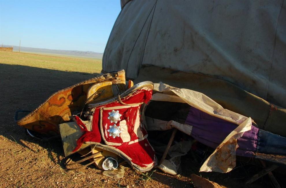 13. Одно из седел жокея лежит перед монгольским гэром. (Adrienne Mong/NBC News)
