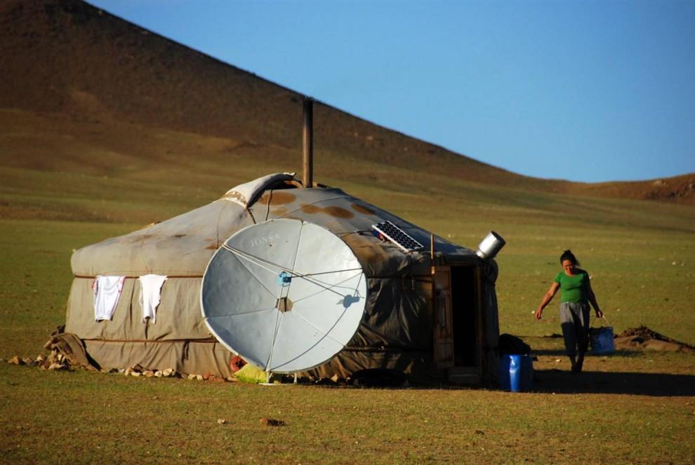 17. Хоть жизнь на просторах Монголии очень простая, современные технологии все же присутствуют. Жители этого гэра не только смотрят спутниковое телевидение благодаря этой спутниковой тарелке, но еще и используют для своих электроприборов питание от солнечной батареи. (Adrienne Mong/NBC News)