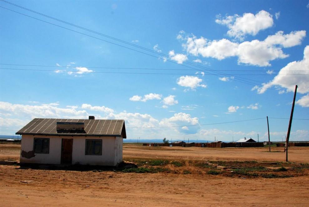 18. Хотя Монголия и состоит в основном из пастбищ, страна также страдает от опустынивания. Пустыня Гоби приближается к маленьким поселениям, таким как этот – Бурен Сум. (Adrienne Mong/NBC News)