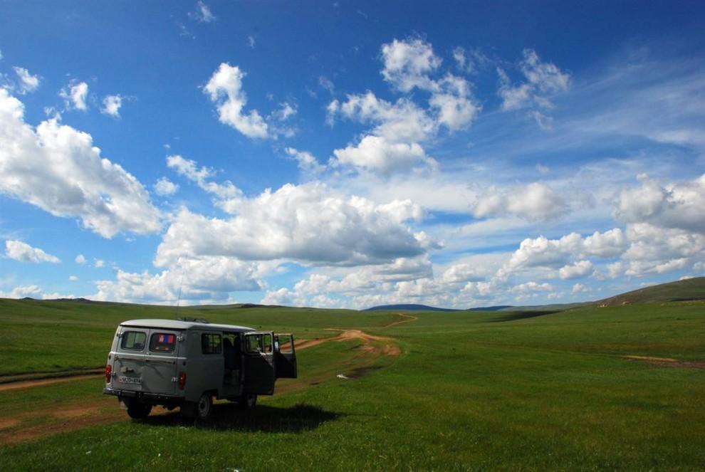 19. Учитывая, что в Монголии 250 дней в году светит солнце, неудивительно, что ее называют «страной голубого неба». Монгольский «Уазик» перевозил журналистов по северному региону Монголии, где эти автомобили особенно популярны. (Adrienne Mong/NBC News)