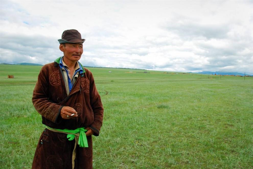 21. Баянмункх, у которого, как и многих монголов, нет фамилии, был одним из проводников американских журналистов во время их путешествия в Ховсгол на севере Монголии. Он принадлежит этнической группе цаатан – маленькой культурной народности погонщиков оленей, которые живут недалеко от границы с Россией. Баянмункх производит благородное впечатление в своем деле и щегольской шляпе. (Adrienne Mong/NBC News)