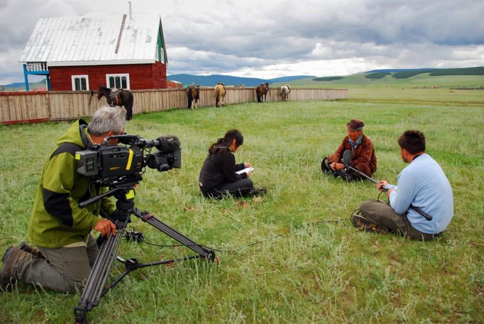 22. Баянмункх дает интервью журналистам программы «Nightly News» на канале NBC. (Adrienne Mong/NBC News)
