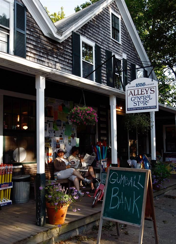 2. Магазинчик «Alley's General Store» находится в городе Чилмарк, штат Массачусетс, на Мартас-Виньярд. Магазин работает с 1858 года и является самым старым предприятием на острове. (Win McNamee/Getty Images)