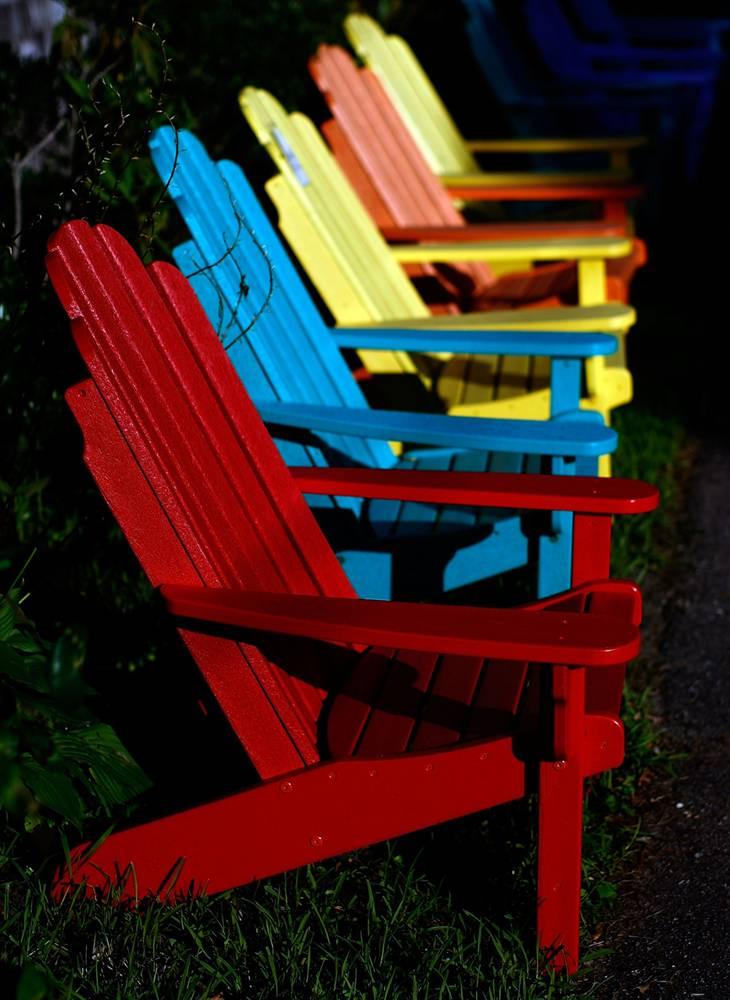 5. Деревянные стулья перед магазином мебели на острове Мартас-Виньярд. Спустя год после открытия первого магазина, Роберт Франсис и Карен Уорд открыли еще один. (Win McNamee/Getty Images)