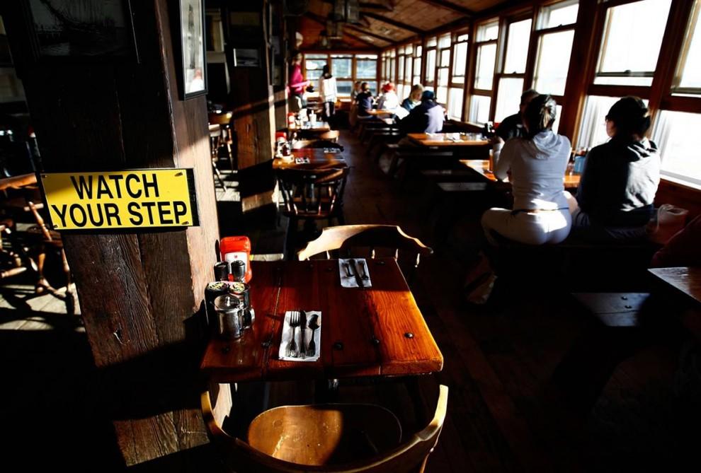 7. Постоянные посетители острова посещают таверну «Черный пес» (Black Dog Tavern) – популярное местечко в Виньярд Хэвен, штат Массачусетс, на острове Мартас-Виньярд. Капитан корабля открыл таверну в 1969 году. Спустя 40 лет таверна расширилась: тут появились пекарня и магазин одежды. (Win McNamee/Getty Images)