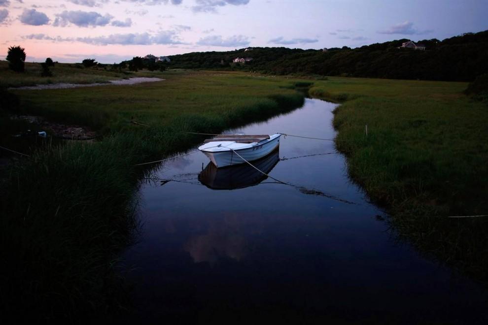 13. Маленькая лодочка в бухте Менемши, Массачусетс. Для посетителей Менемши здесь есть уникальные магазинчики, рестораны, туры рыбалки и множество других природных и исторических мест. (Win McNamee/Getty Images)
