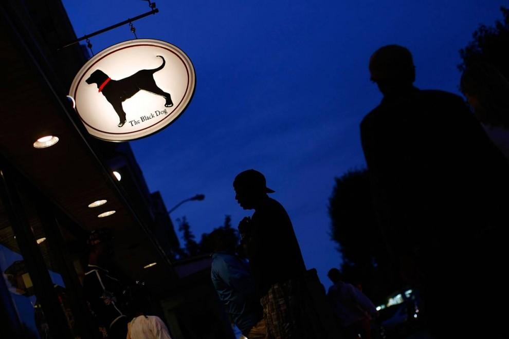 14. Посетители собрались у магазина «Черный пес» (Black Dog Store) – популярного местечка среди туристов в Оук Блаффс, Массачусетс. Основанное как таверна, заведение «Черный пес» расширилось, и теперь логотип «Black Dog» хорошо известен по всей Новой Англии. (Win McNamee/Getty Images)