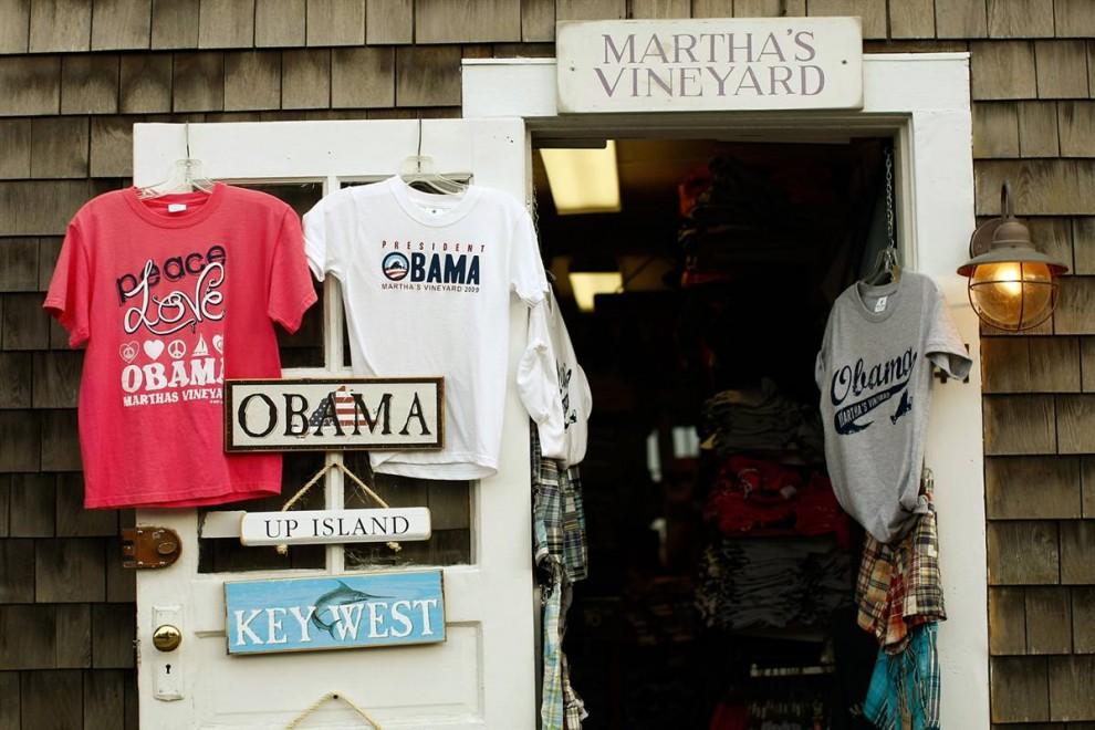 6. Товары с именем президента Барака Обамы в магазинчике «Нежный как виноградина» (Soft As A Grape) в Эдгартауне, штат Массачусетс, перед приездом президента на остров на время отпуска. (Win McNamee/Getty Images)