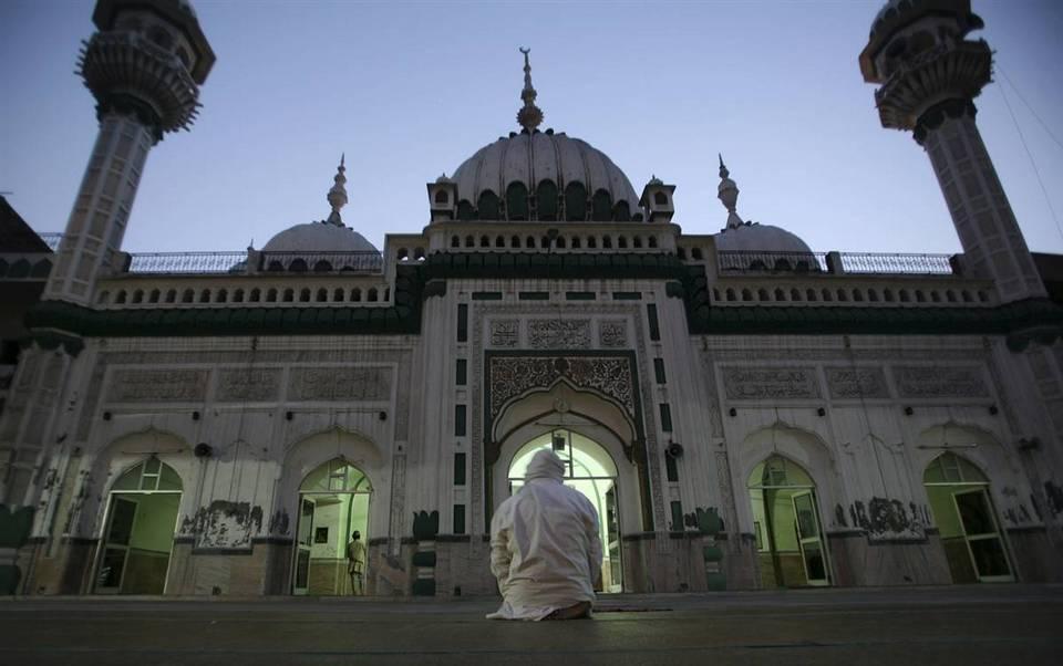 1. Пожилой мусульманин молится на территории мечети Джамия в Амритсаре, Индия, 22 августа. Начало девятого и самого священного месяца мусульманского календаря традиционно знаменуется наблюдением новолуния. Часто точная дата начала поста и его окончания не совпадает в разных исламских странах и сектах. Во время Рамадана мусульмане воздерживаются от еды, выпивки и секса от рассвета до заката, так как днем жизнь как бы становится уязвимее. (Altaf Qadri/AP)