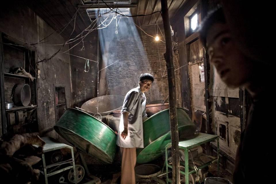 3. Житель Афганистана готовит леденцы к началу Рамадана в Кабуле. (Hadi Tabrizi/EPA)