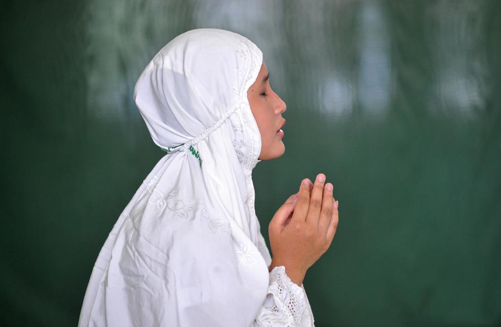 4.  Muslim Indonesia berdoa di sebuah masjid di Jakarta pada tanggal 8.  Muslim Indonesia, serta jutaan Muslim di seluruh dunia sedang berpuasa selama bulan suci Ramadhan.  (AFP / Getty Images / Adek Berry)
