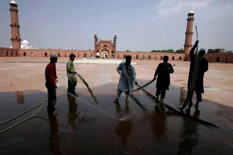 5. Пакистанские верующие чистят пол исторической мечети Бадшахи, готовясь к Рамадану в субботу в Лахое, Пакистан. (K.m.chaudary/AP)