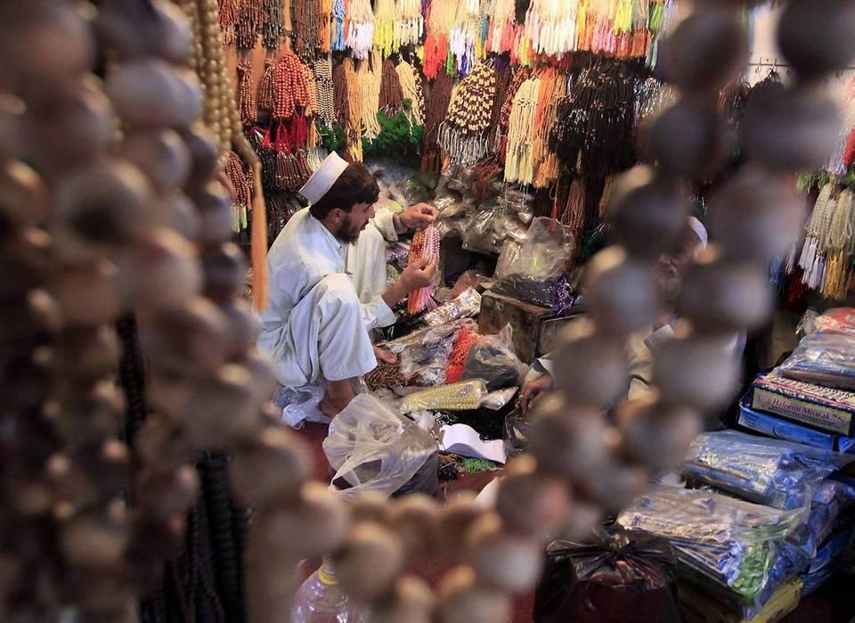 6.  Muslim Pakistan memilih manik-manik di toko di Peshawar, Pakistan, Sabtu.  (Mohammad Sajjad / AP)