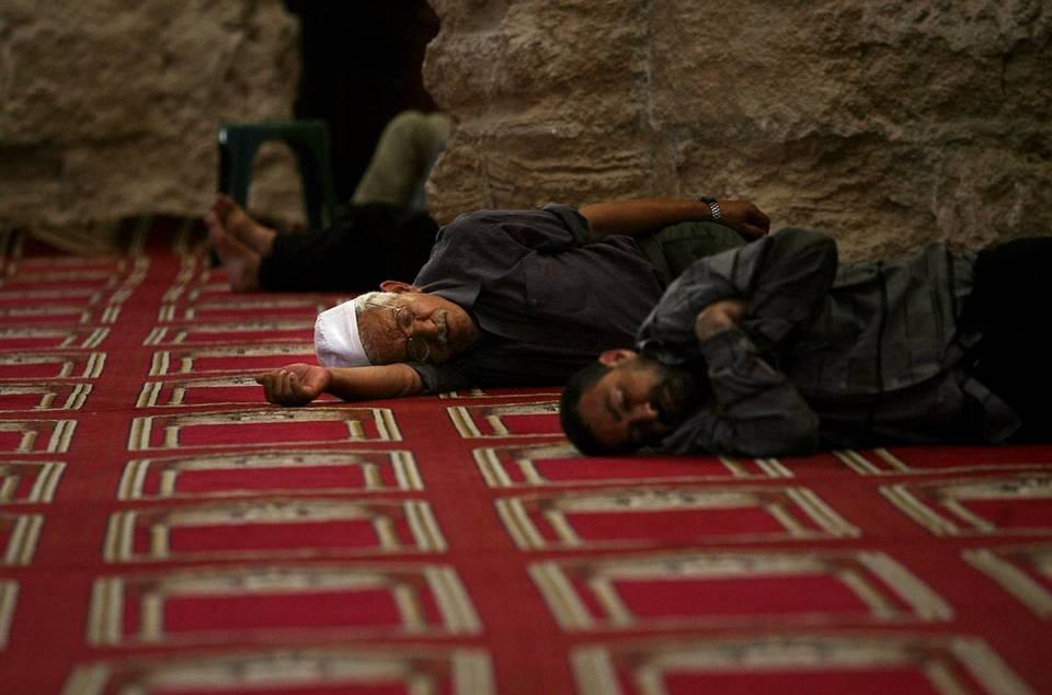 8. Палестинцы отдыхают в мечети Аль-Омари в городе Газа. (Mahmud Hams/AFP - Getty Images)