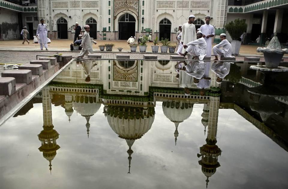 9.  Muslim yang duduk di samping kolam di Masjidil Haram setelah salat Jumat di Amritsar, India.  (Altaf Qadri / AP)