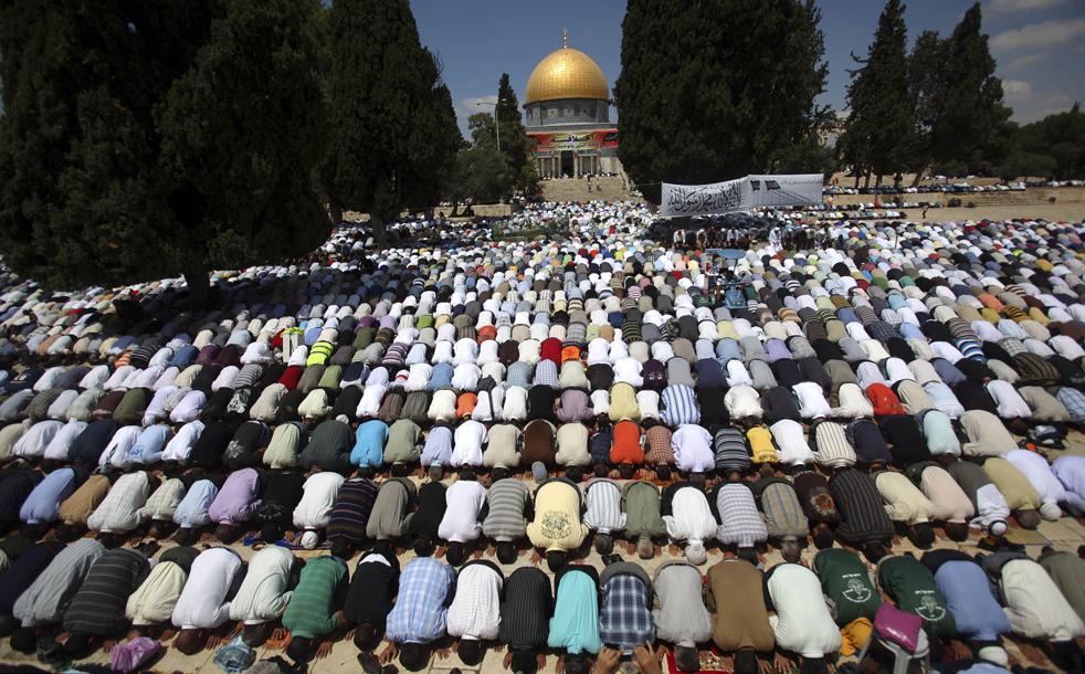 15.  Muslim Palestina berdoa selama sholat Jumat pertama Ramadhan di Masjid Al-Aqsa.  Dilihat dengan latar belakang kubah masjid Omar.  Foto itu diambil di Kota Tua Yerusalem pada 28 Agustus.  (AP / Muhammad Muheisen)