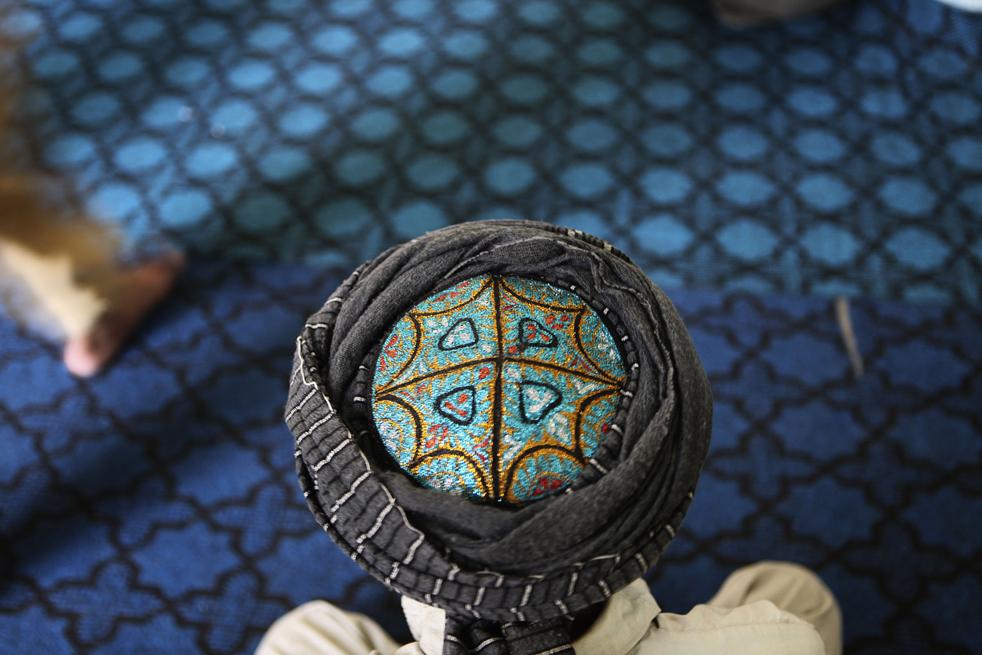 16.  Seorang pria Afghanistan berdoa pada Jumat pertama bulan Ramadhan di masjid Kabul.  (AP / Rafiq Maqbool)